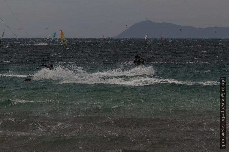 Surfeurs sous le vent de Giens. Photo © André M. Winter