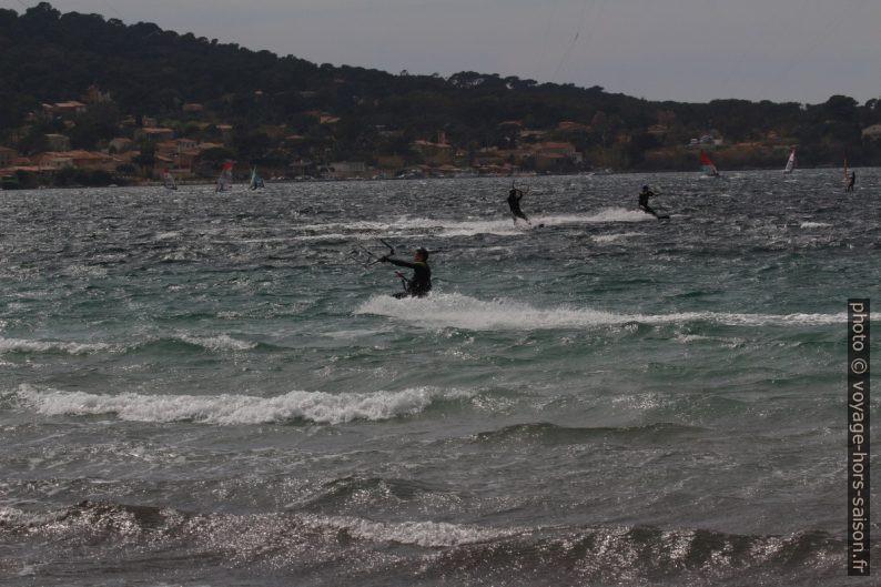 Kite-surfeurs dans la Rade de Giens. Photo © André M. Winter