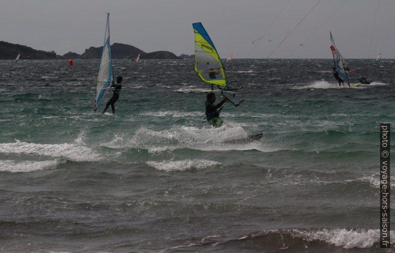Surfeurs dans la Rade de Giens. Photo © André M. Winter