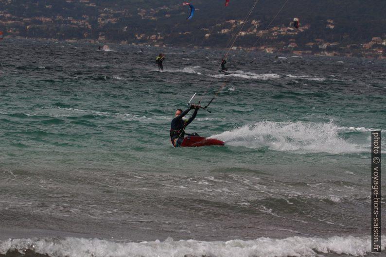 Kitesurfeur dans la Rade de Giens. Photo © André M. Winter