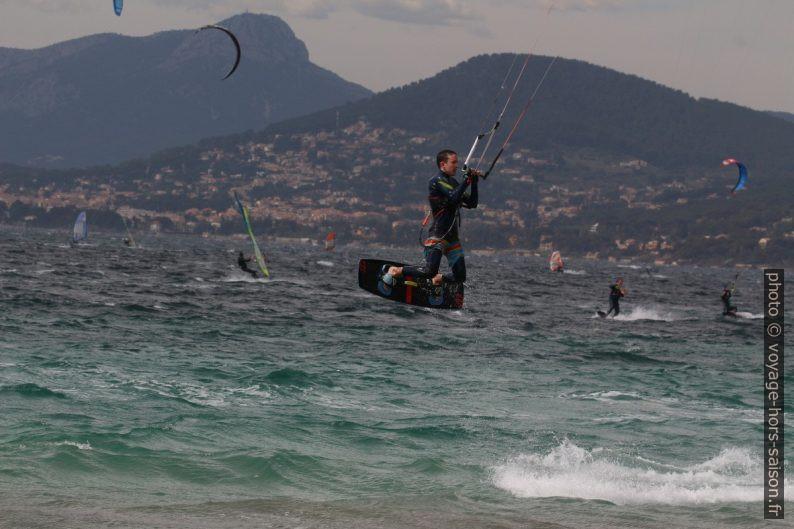Kitesurfeur sautant dans la Rade de Giens. Photo © André M. Winter