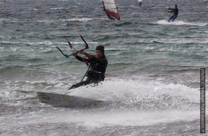 Kitesurfeur à la Plage des Estagnets. Photo © André M. Winter