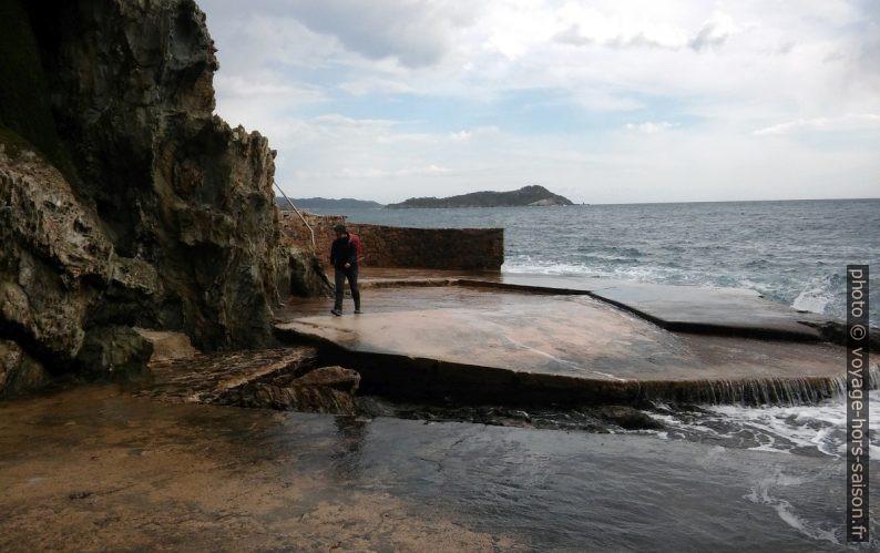 Plateformes bétonnées trop près du rivage. Photo © André M. Winter
