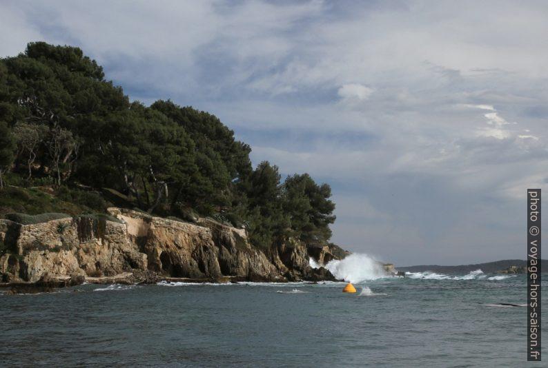 Vagues frappant la côte à l'est du Port du Niel. Photo © Alex Medwedeff