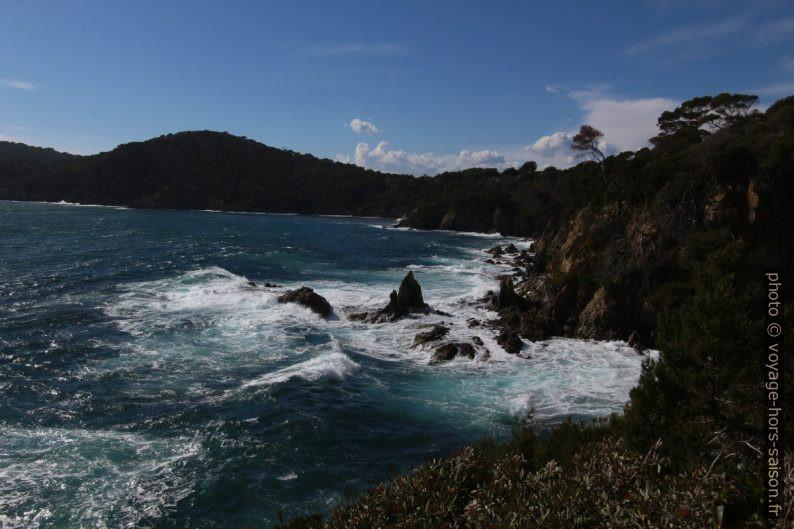 Mer agitée sur la côte des Pierras. Photo © André M. Winter