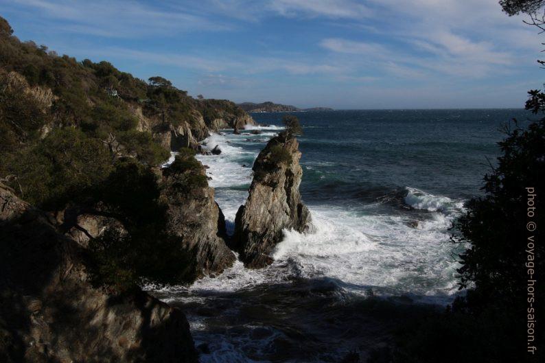 Rocher isolé sur la côte à l'ouest de la Pointe des Morts. Photo © André M. Winter