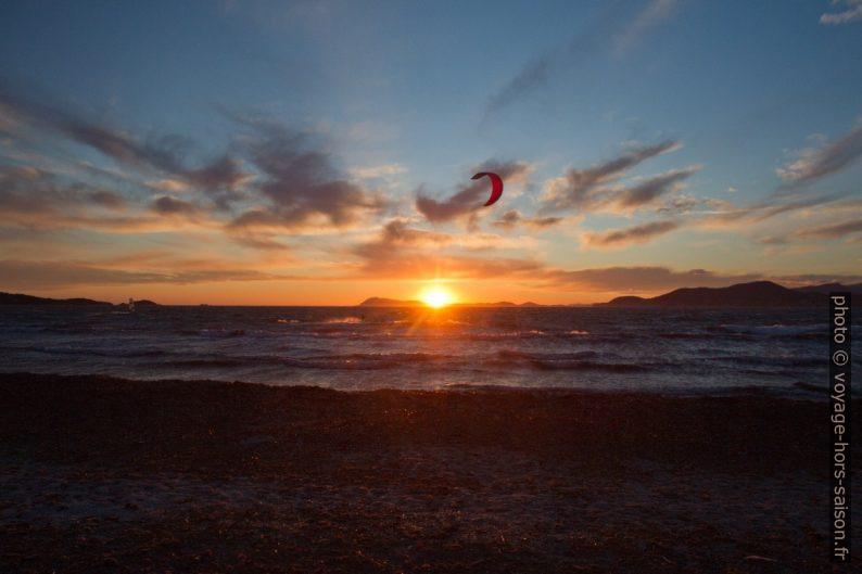 Voile de kitesurf à tombée de la nuit. Photo © Alex Medwedeff