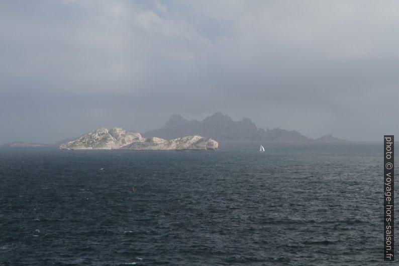 L'Île de Jarre et l'Île de Riou. Photo © Alex Medwedeff