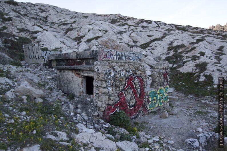 Ruine avec graffitis dans l'Anse de la Maronaise. Photo © André M. Winter