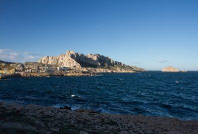 Port des Goudes et les pics de l'Île Maire. Photo © Alex Medwedeff