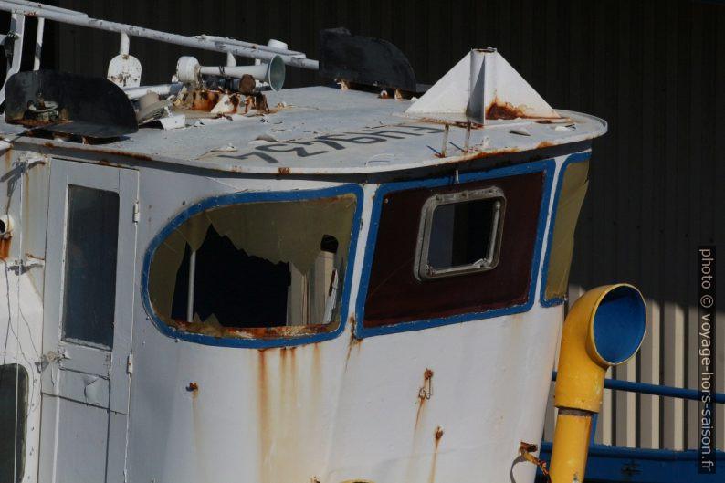 Passerelle d'un bateau de pêche délabré. Photo © André M. Winter
