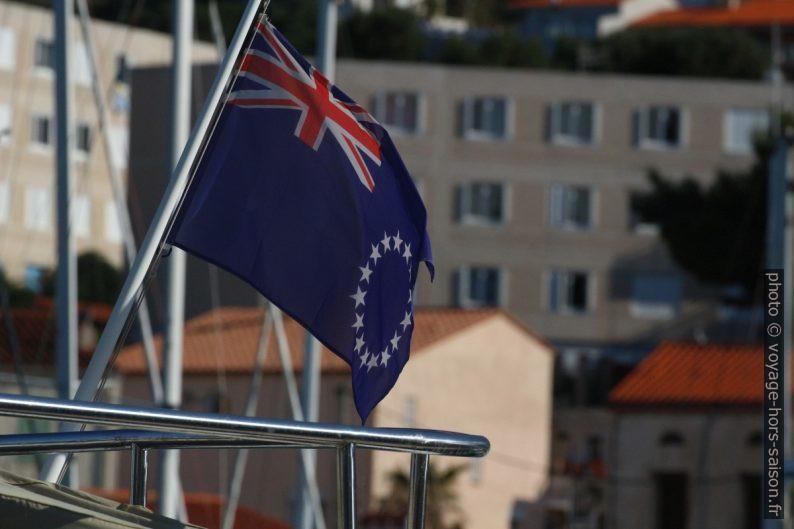 Drapeau britannique Blue Ensign avec les 12 étoiles de l'Union Européenne. Photo © André M. Winter