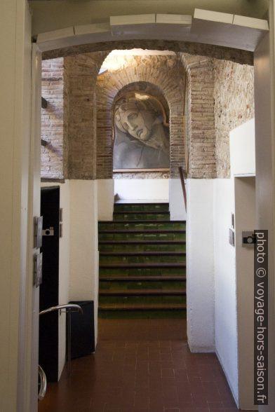 Couloir aboutissant sur un tableau d'une figure tragique antique. Photo © André M. Winter