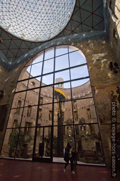 La cour vue de la scène-coupole dans le Théâtre-musée Dalí. Photo © André M. Winter