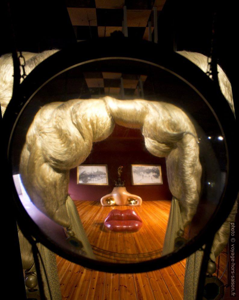 Visage de Mae West pouvant être utilisé comme appartement - Dalí - 1974 - vu à travers la loupe. Photo © André M. Winter