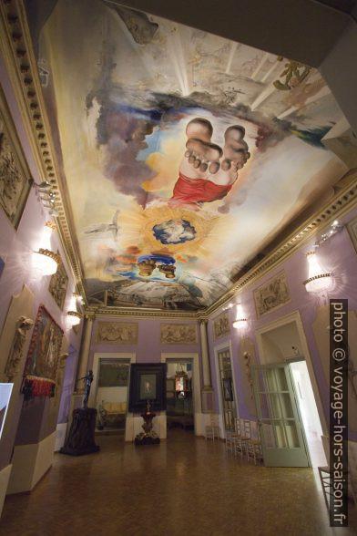 Salle du Palais du Vent avec peinture au plafond de Dalí. Photo © André M. Winter