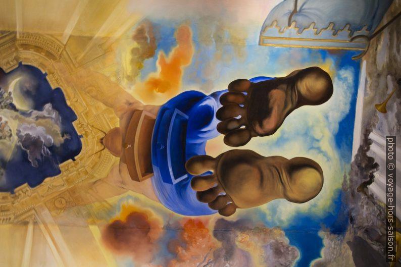 Les pieds de Dalí peints au plafond central du Palais du Vent. Photo © André M. Winter