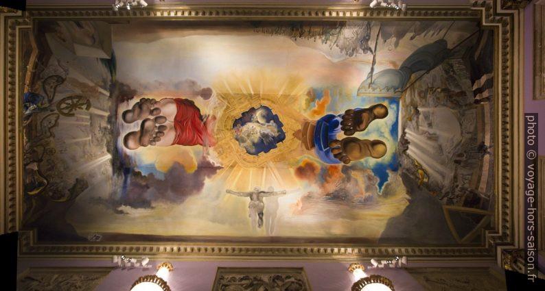 Plafond central du Palais du Vent avec peinture monumentale par Dalí. Photo © André M. Winter