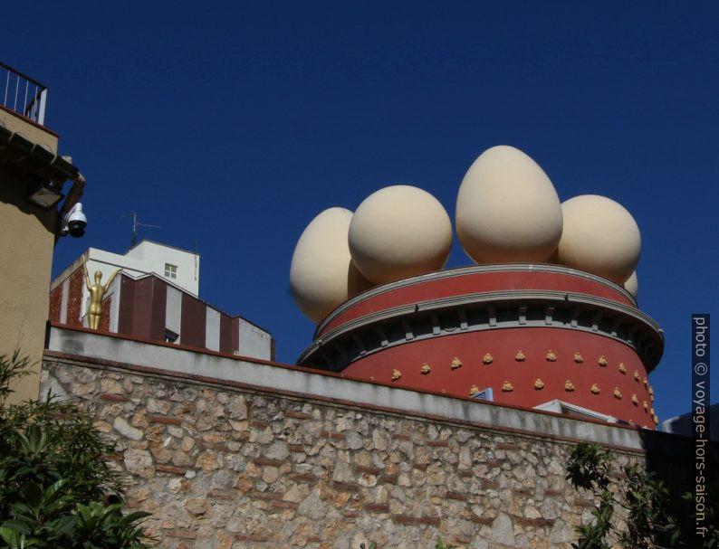 La tour Galatea recouverte d'œufs. Photo © André M. Winter