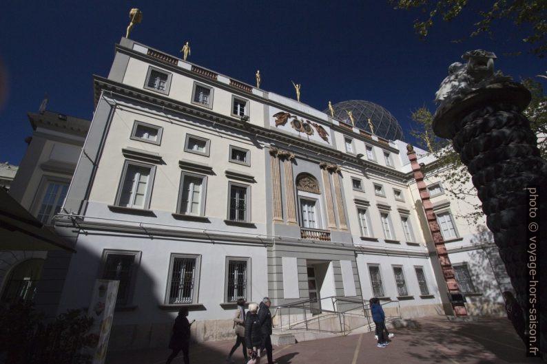 Façade est du Théâtre-musée Dalí. Photo © André M. Winter
