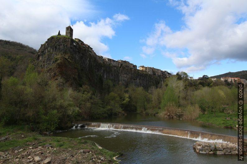 Castellfollit de la Roca et la rivière Fluvià. Photo © André M. Winter
