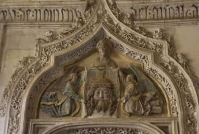 Porte gothique avec visage de Jésus. Photo © Alex Medwedeff