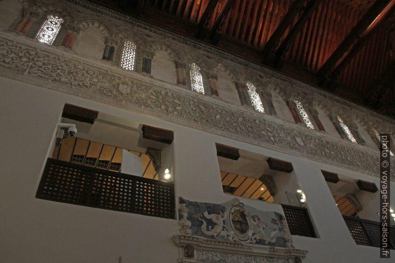 Galerie des femmes et baies hautes de la Synagogue El Tránsito. Photo © Alex Medwedeff