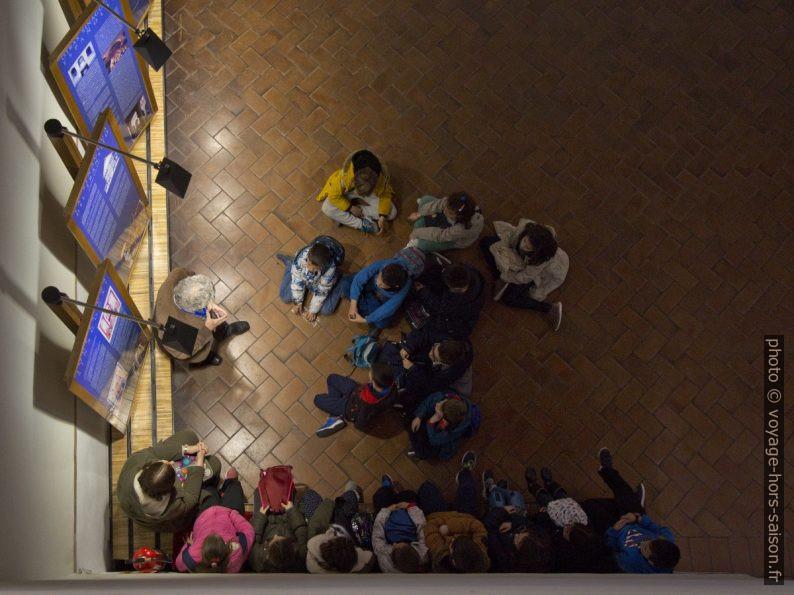Enfants écoutant leur maître dans la Synagogue El Tránsito. Photo © André M. Winter