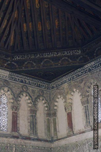 Textes arabes et hébreux sous le toit de la Sinagoga del Tránsito. Photo © Alex Medwedeff