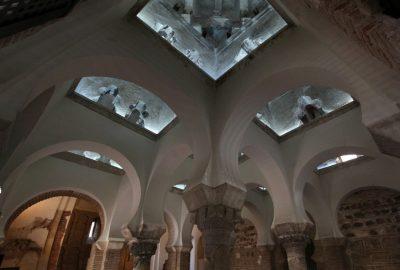 Panorama de la voûte, des colonnes et des arcs de la Mosquée Bab al-Mardum. Photo © André M. Winter