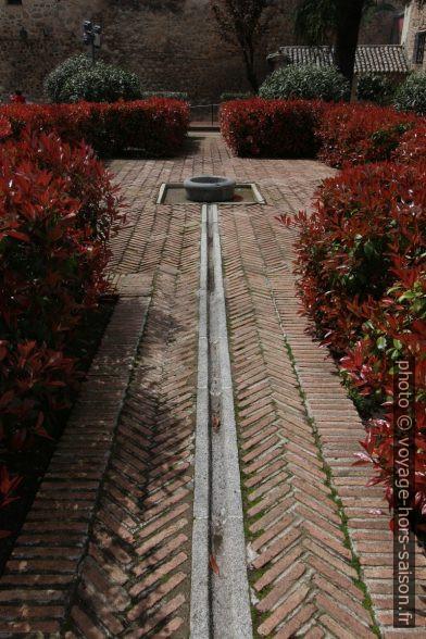 Chemin avec rigole d'eau du Jardín de Cristo de la Luz. Photo © Alex Medwedeff