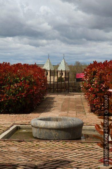 Fontaine du Jardín de Cristo de la Luz et les tours de la Puerta de Bisagra. Photo © Alex Medwedeff