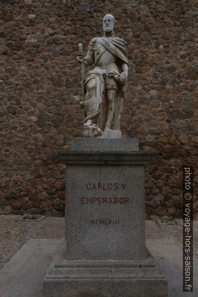 Statue de Charles Quint dans la cour de la Puerta Nueva de Bisagra. Photo © André M. Winter