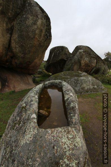 Tombe creusée dans un rocher granitique des Barruecos. Photo © André M. Winter