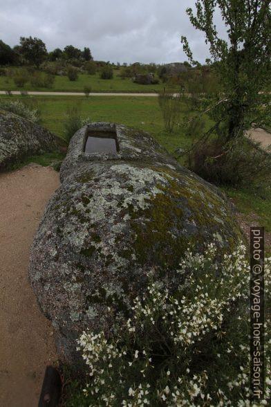 Rocher des Barruecos avec tombe. Photo © André M. Winter