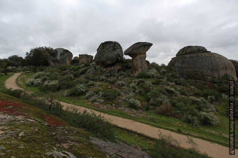 Chemin parmi les rochers granitiques erratiques des Barruecos. Photo © André M. Winter