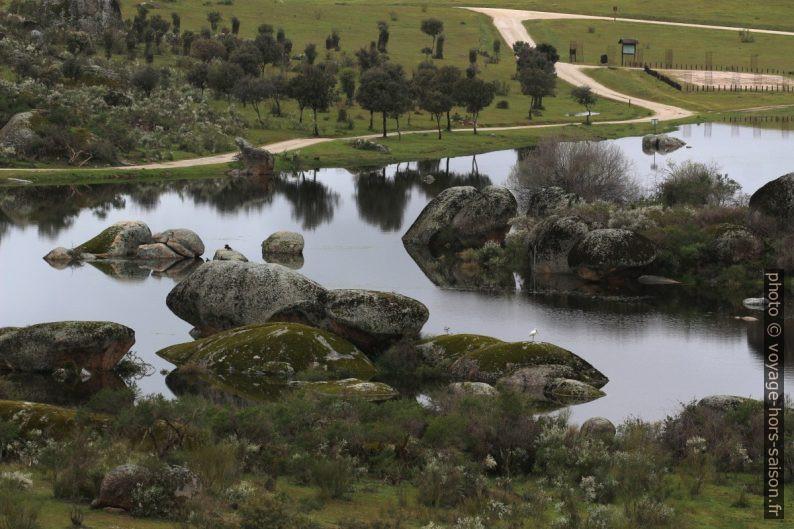 Le lac parmi les rochers erratiques des Barruecos. Photo © André M. Winter