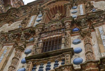 Faïences et céramiques en trois dimensions de la façade de l'église San Bartolomé. Photo © Alex Medwedeff