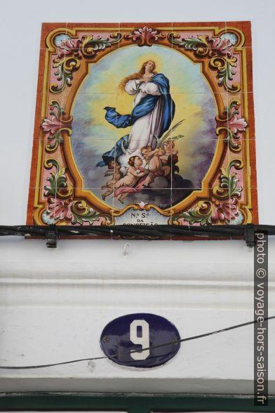 Azulejo polychrome au dessus d'une porte d'entrée. Photo © Alex Medwedeff