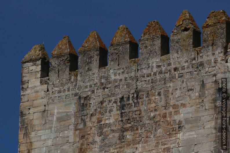Créneaux du donjon du Château de Moura. Photo © André M. Winter