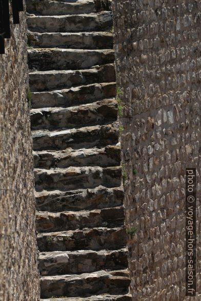Escalier dans le château de Moura. Photo © André M. Winter