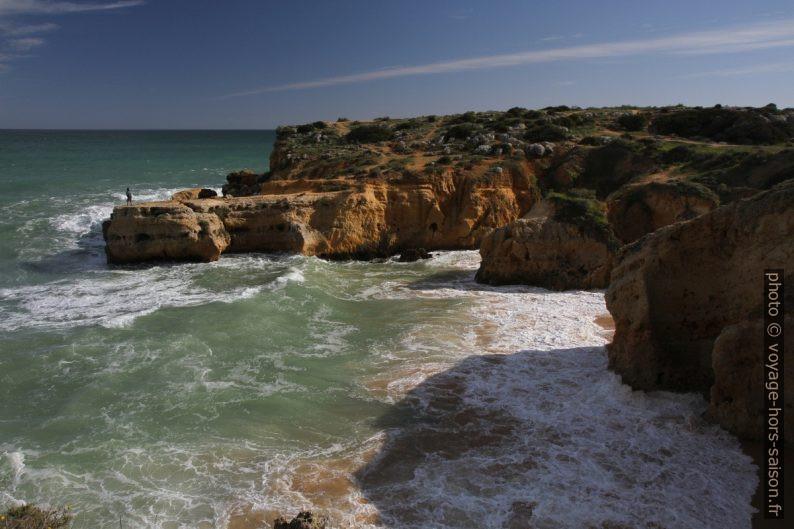 Cap à l'ouest de la Praia dos Arrifes. Photo © Alex Medwedeff