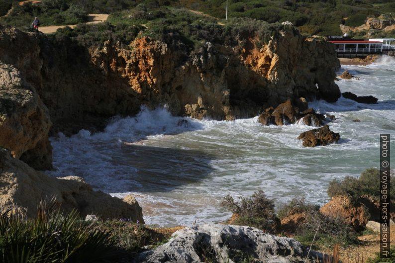 La mer se déchaîne sur les rochers de la Baía dos Arrifes. Photo © Alex Medwedeff