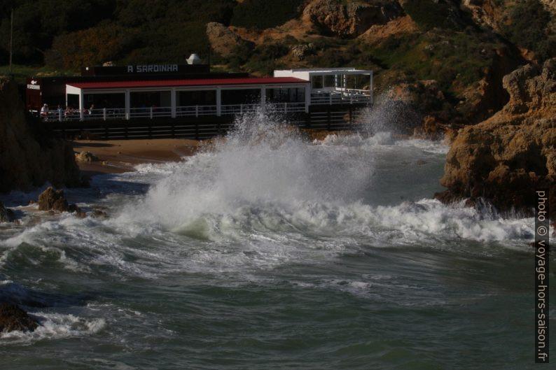 Le Restaurant A Sardinha approché par les vagues. Photo © André M. Winter