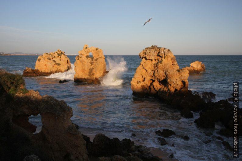 Vagues et coucher de soleil sur les rochers devant la Praia dos Arrifes. Photo © Alex Medwedeff