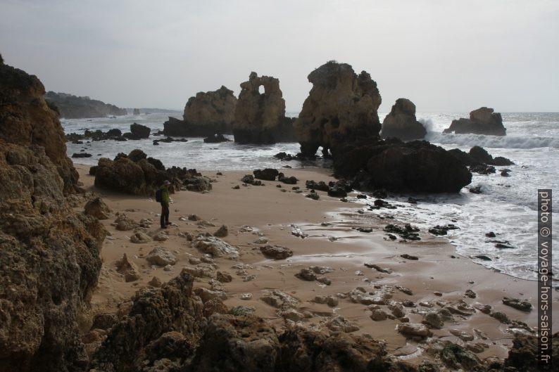 Rochers de la Praia dos Arrifes par mer basse. Photo © Alex Medwedeff
