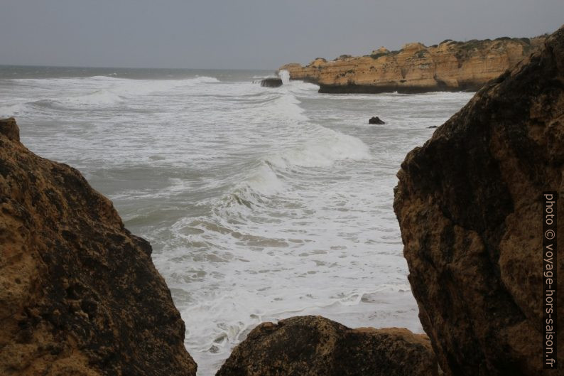 Vagues à l'avant de la Praia de São Rafael. Photo © Alex Medwedeff
