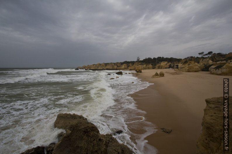 Vagues à la Praia de São Rafael. Photo © André M. Winter