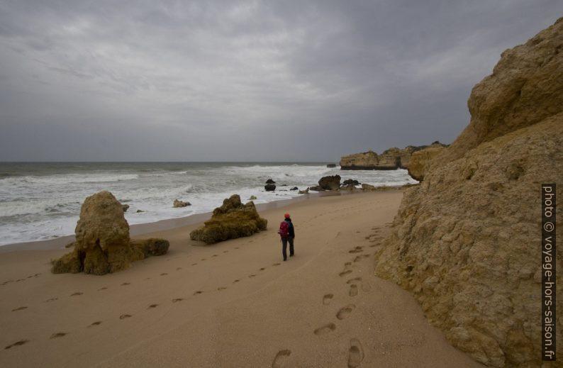 Nous avançons sur la Praia do São Rafael. Photo © André M. Winter
