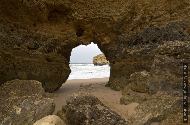 Trou dans un rocher de la Praia do São Rafael. Photo © André M. Winter